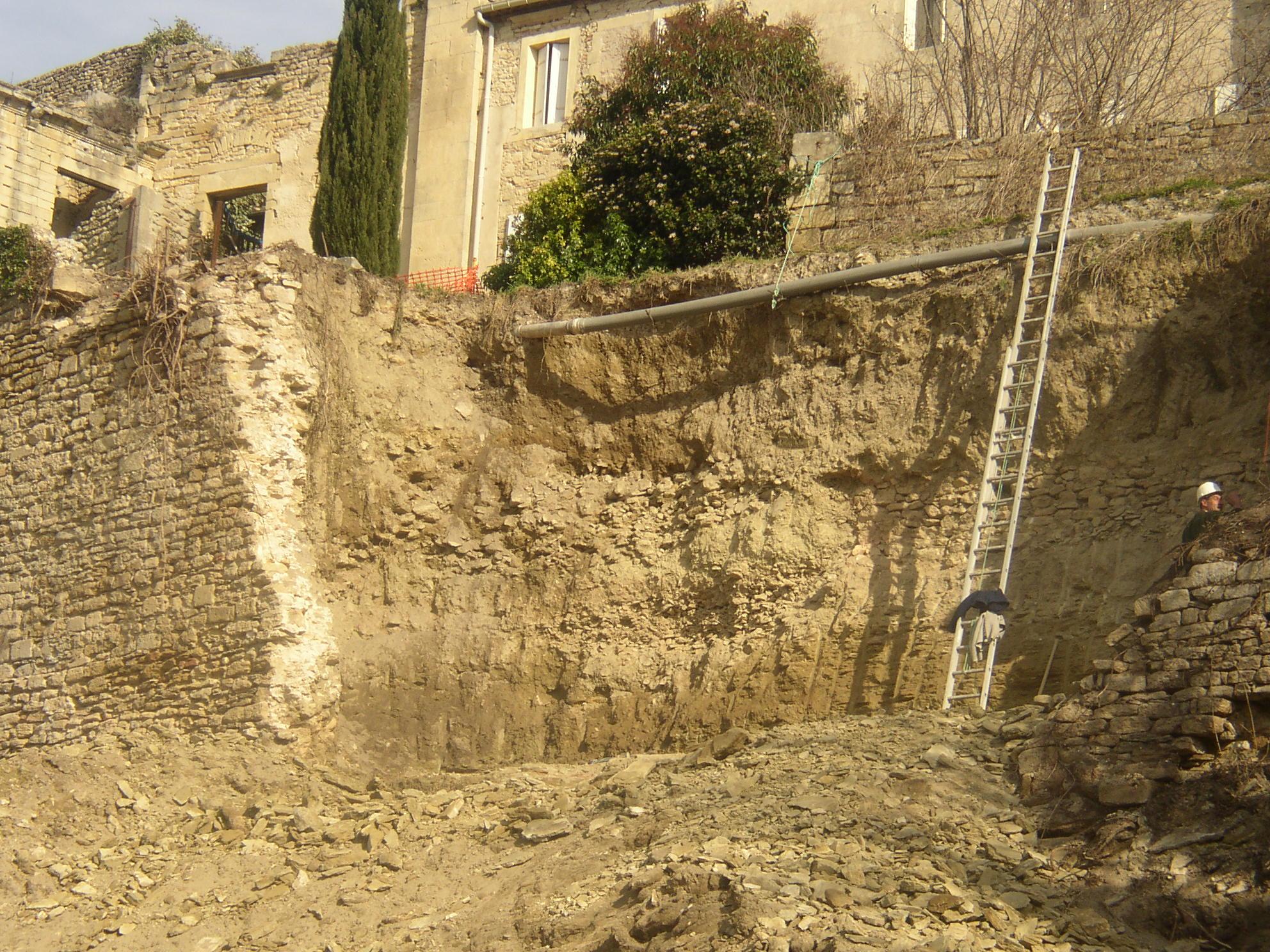 Desportes Rénovation Gard : Dégagement de la terre affaissée du Château d'Aubais