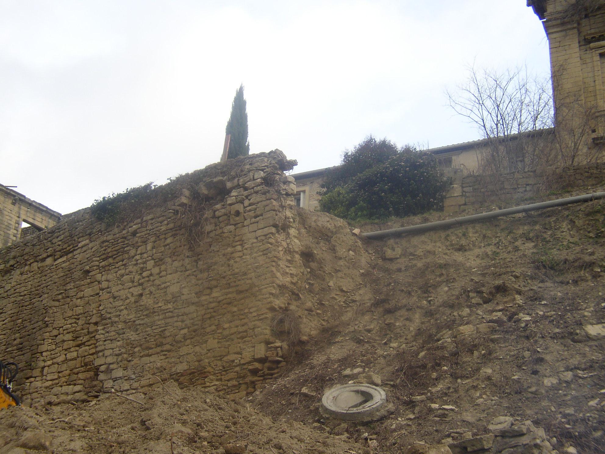 Desportes Rénovation Gard : Terrassement au pied du mur du Château d'Aubais