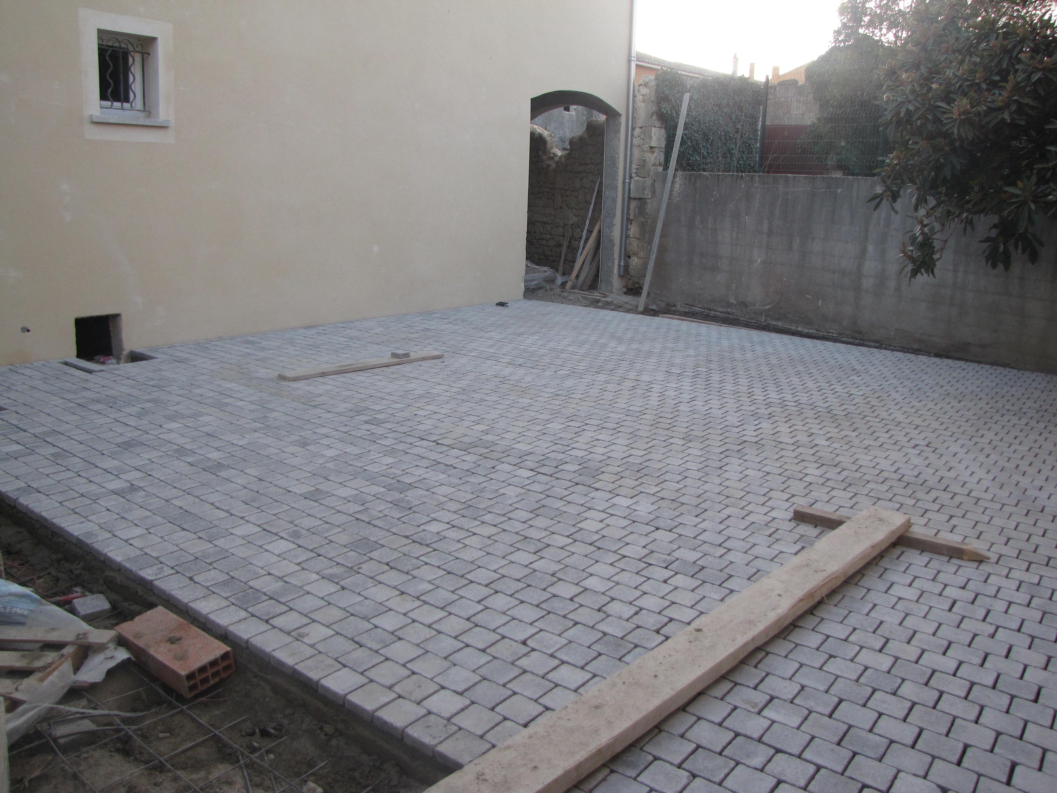 Desportes Rénovation Gard : pose de pavés dans une cour sur une dalle en beton
