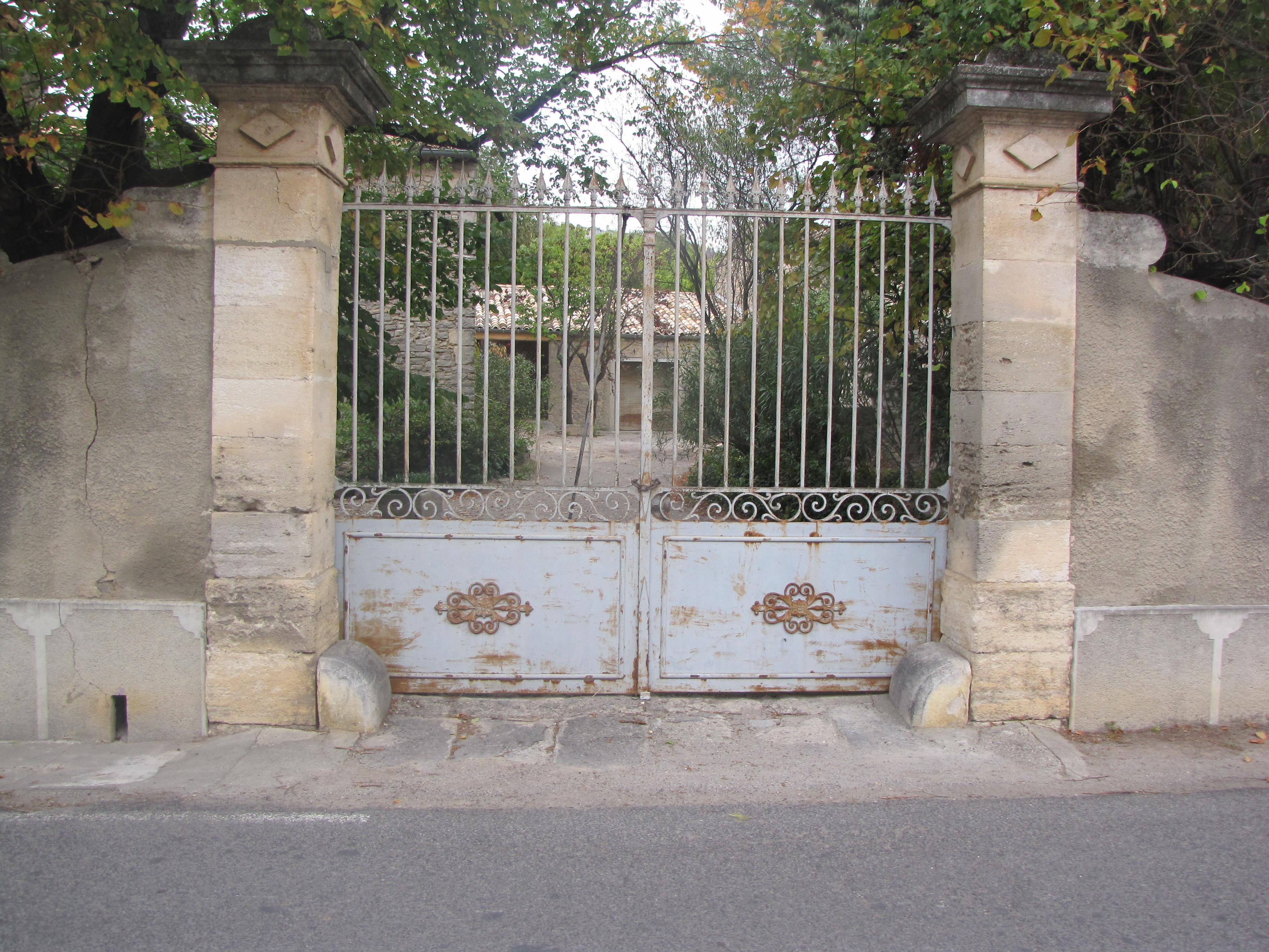 Desportes Rénovation Gard. Piliers d'un portail à restaurer