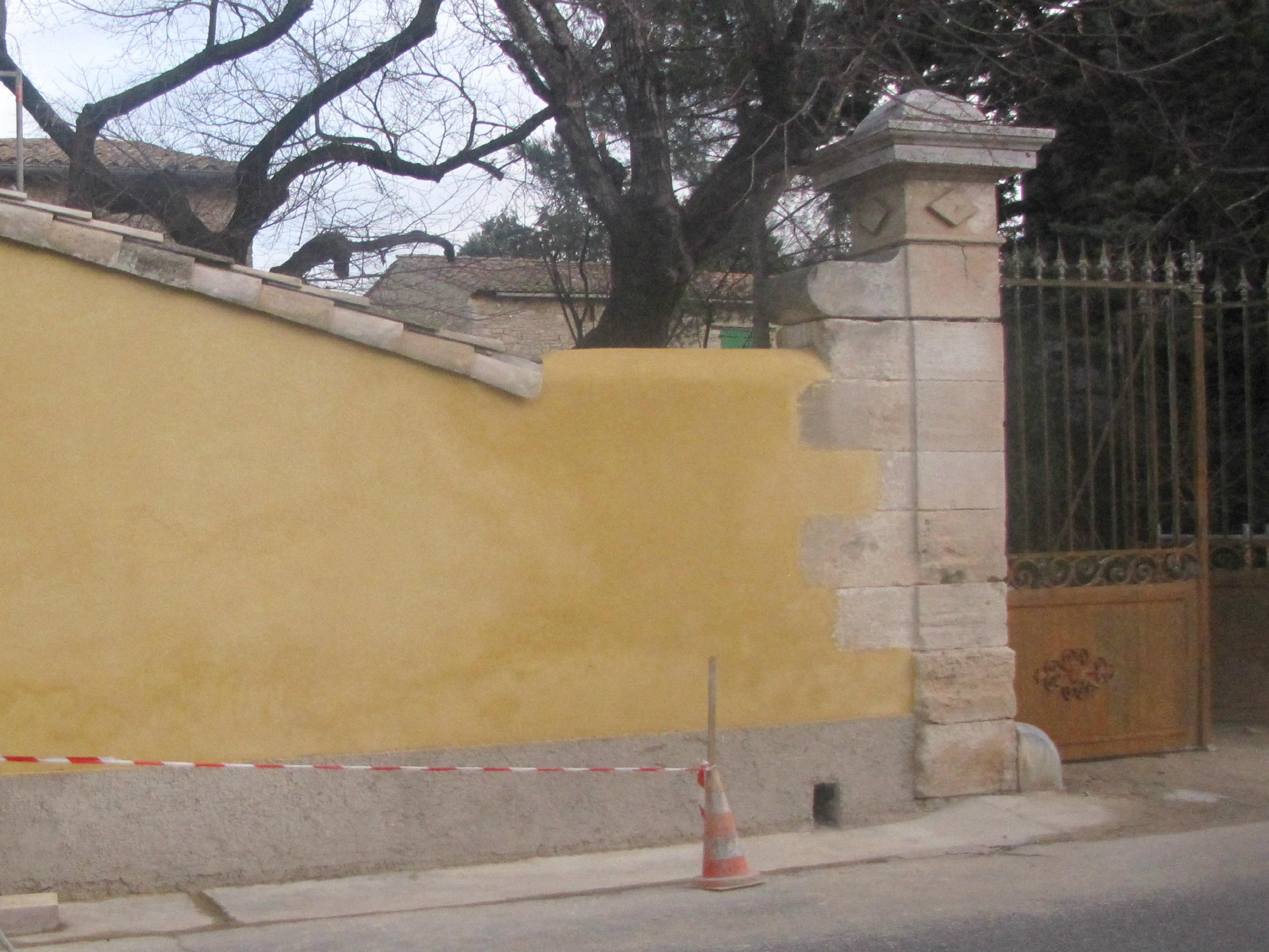 Desportes Rénovation Gard. Restauration des piliers d'un portail avec reprise du mur au crépi à la chaux, 3 couches taloché.