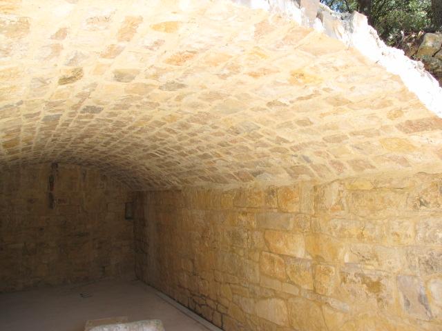 Desportes Rénovation Gard : Voûte terminée, chaque rang de pierre a été posé grâce au coffrage de voûte qui a été déplacé rang par rang