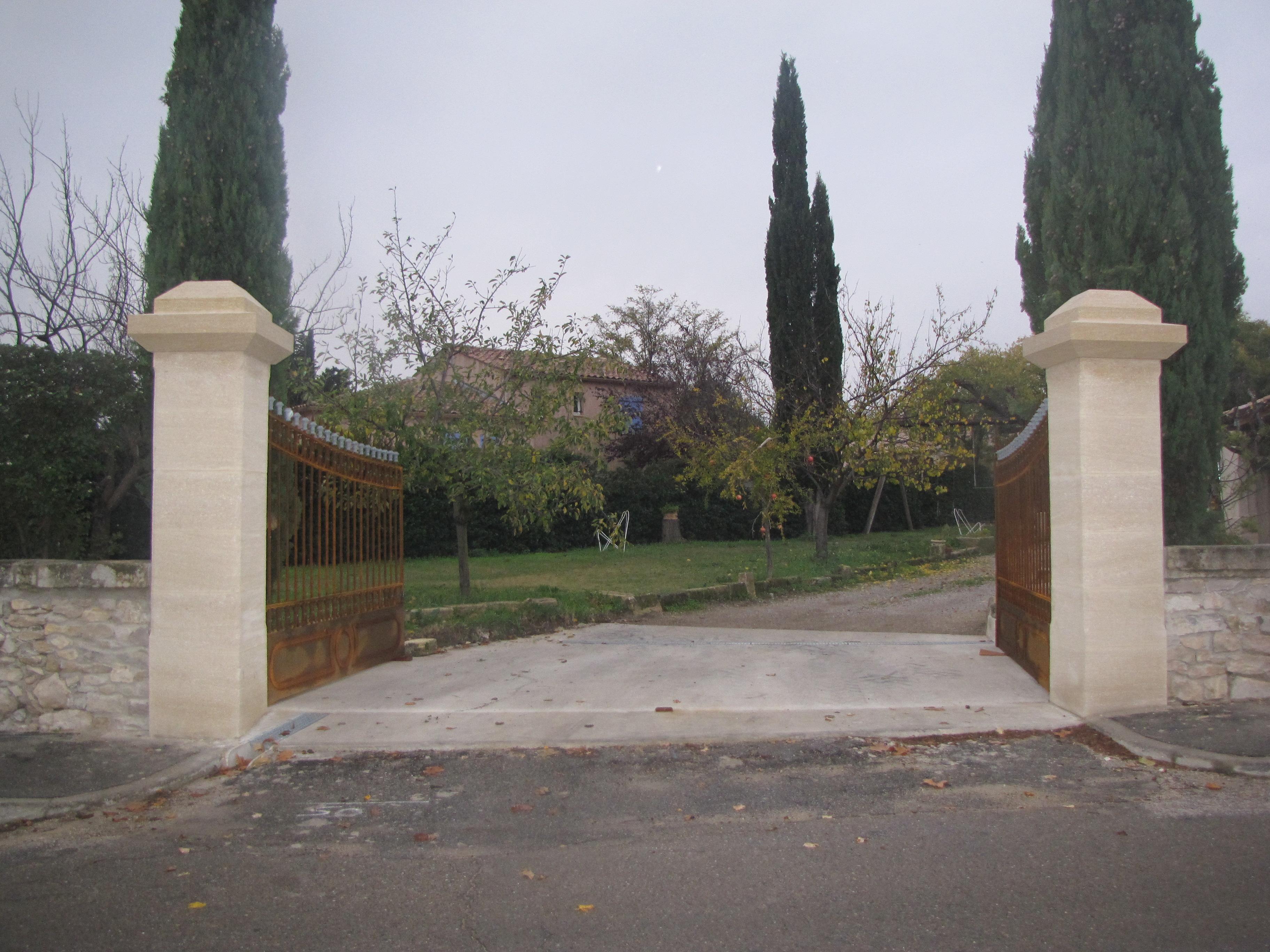 Desportes Rénovation, Sommière, Gard. Démolition des anciens piliers. Anciennes pierres et chapeaux retaillés