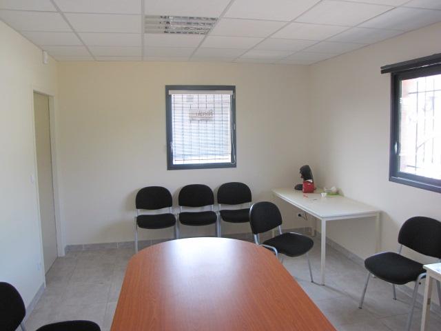 Desportes rénovation, bâtiment industriel STEP Sommières 30, carrelage sur chape, cloison phonique 10 cm pour cette salle de réunion.