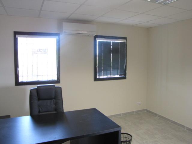 Desportes rénovation, bâtiment industriel STEP Sommières 30, bureau, carrelage sur chape, isolation murs de 12 cm.