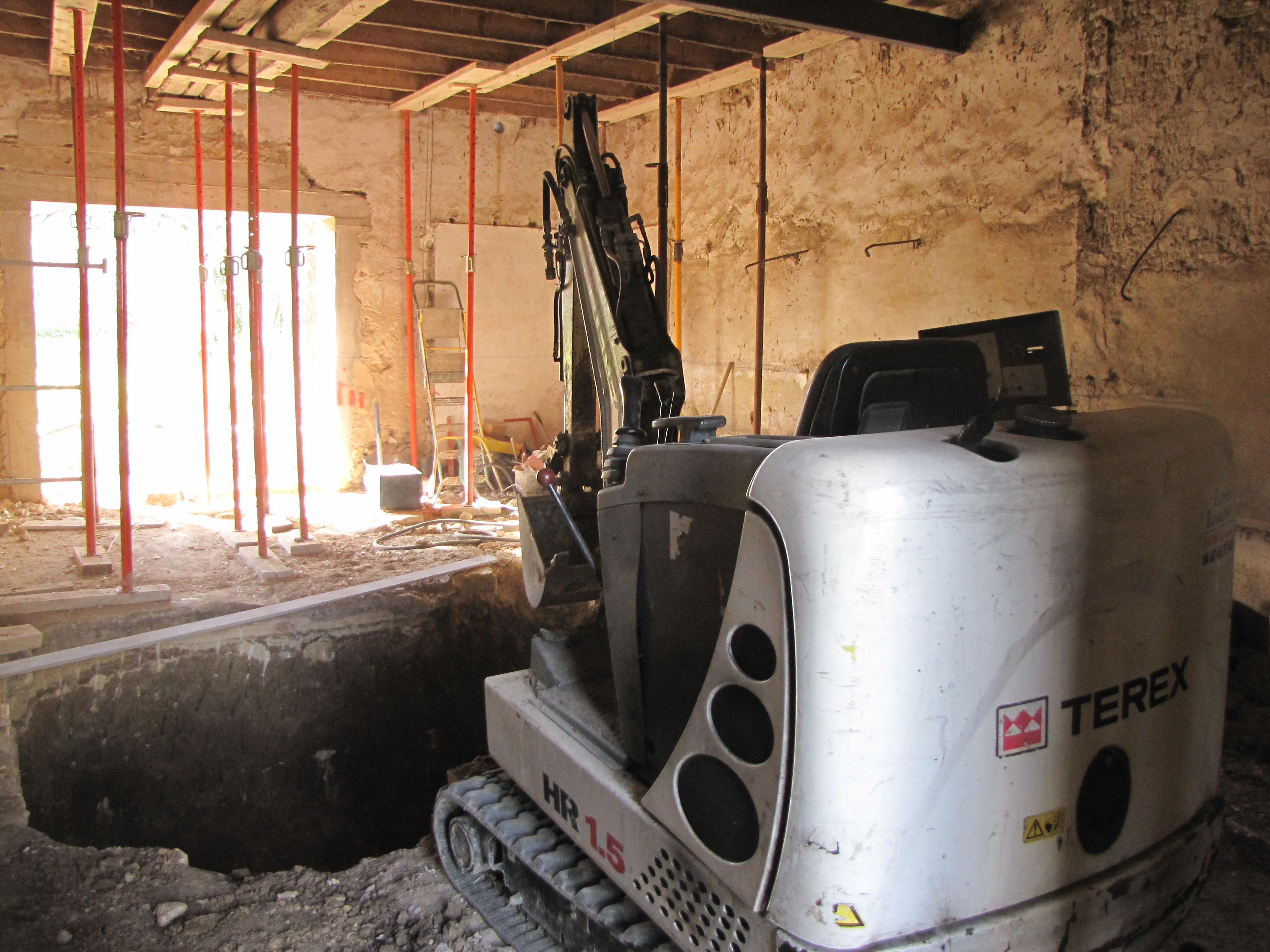 Desportes Rénovation Gard : Terrassement d'une cave à la mini pelle, puis à la main