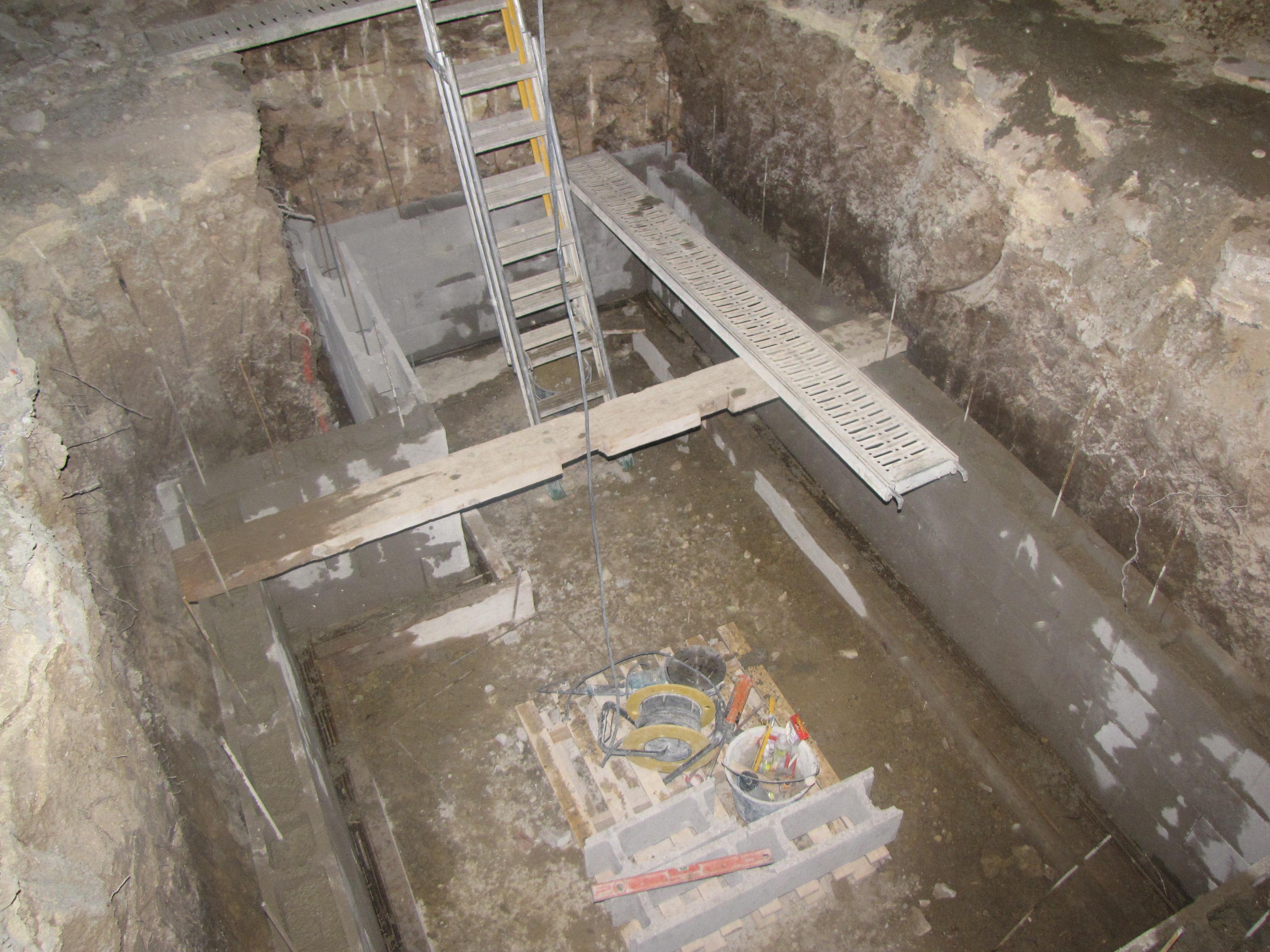 Desportes Rénovation Gard : Montage des murs d'une cave en agglo à bancher
