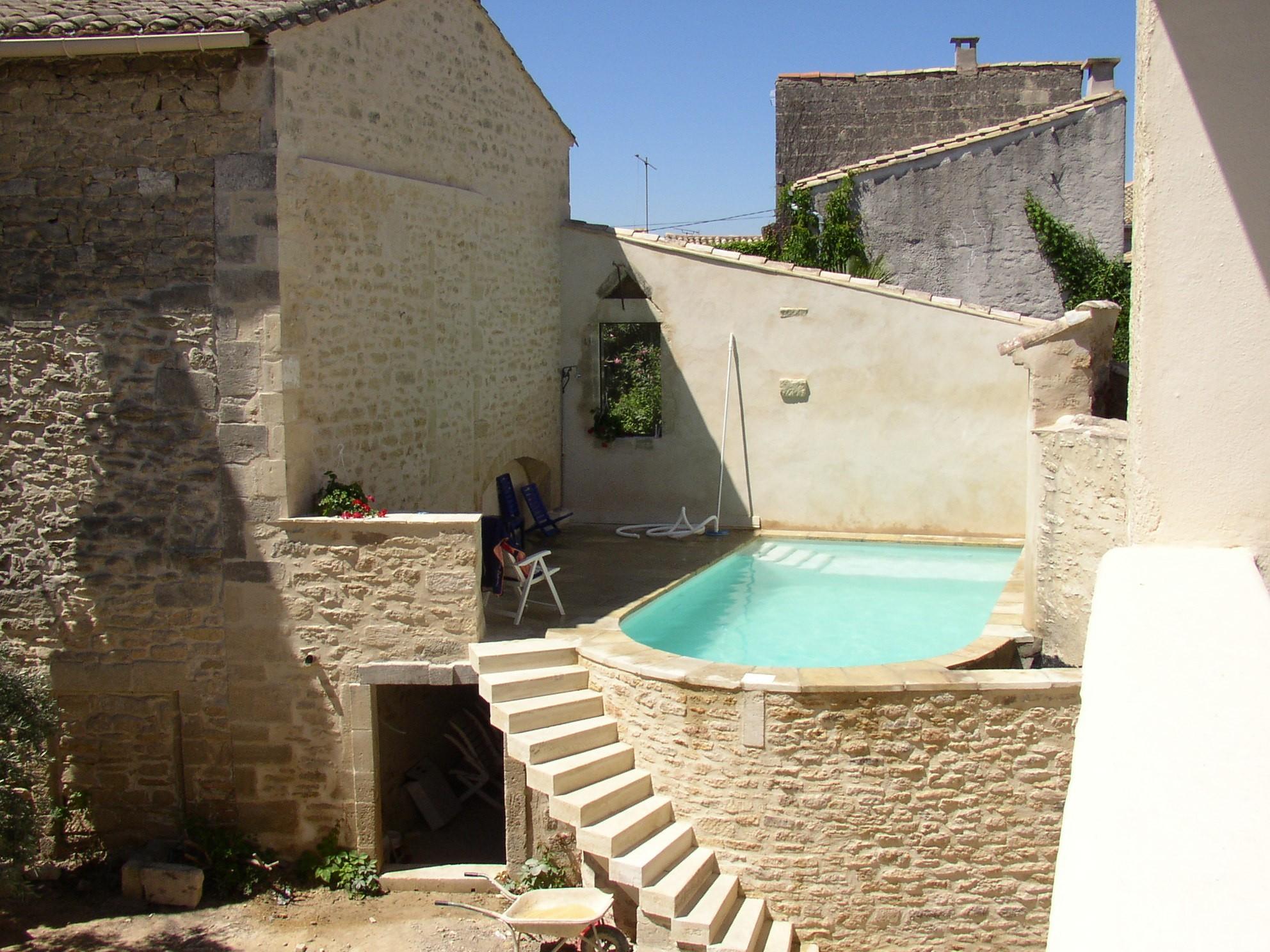Desportes rénovation, Gard. Piscine dans une maison de village.