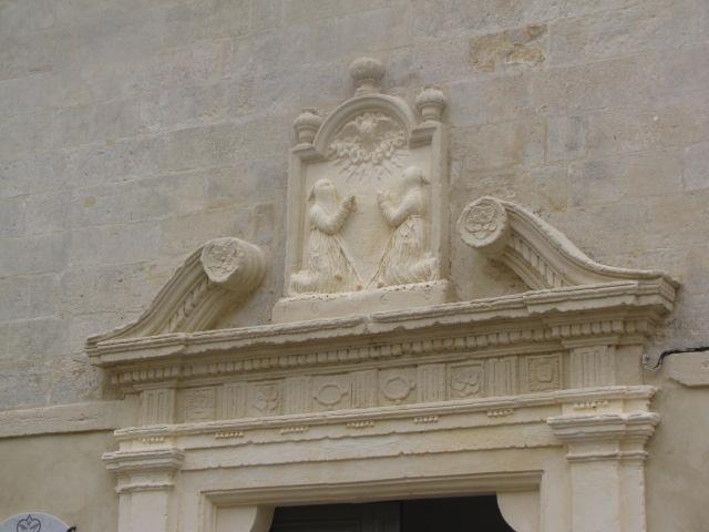 Deportes Rénovation Gard : Chapelle des Pénitents Blancs Aigues Mortes - linteau de la porte après rénovation