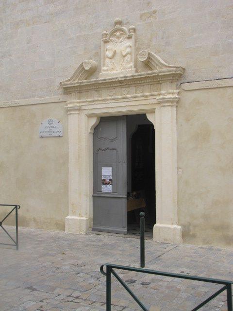 Deportes Rénovation Gard : Chapelle est Pénitents Blancs, façade et chambranle après sablage et rejointement à la chaux