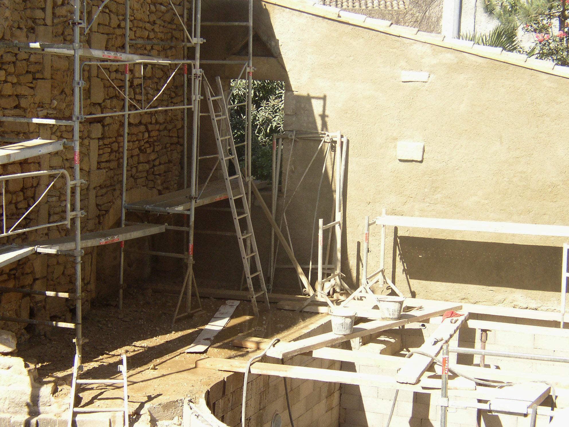Desportes rénovation Gard. Décroutage des façades, rejointoiement des pierres et enduit 3 couches à la chaux.