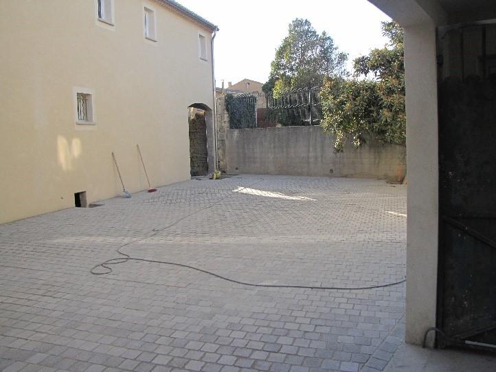 Parking d'étude notariale Gard, réalisé en pavés Lien vers page aménagement cour pavée
