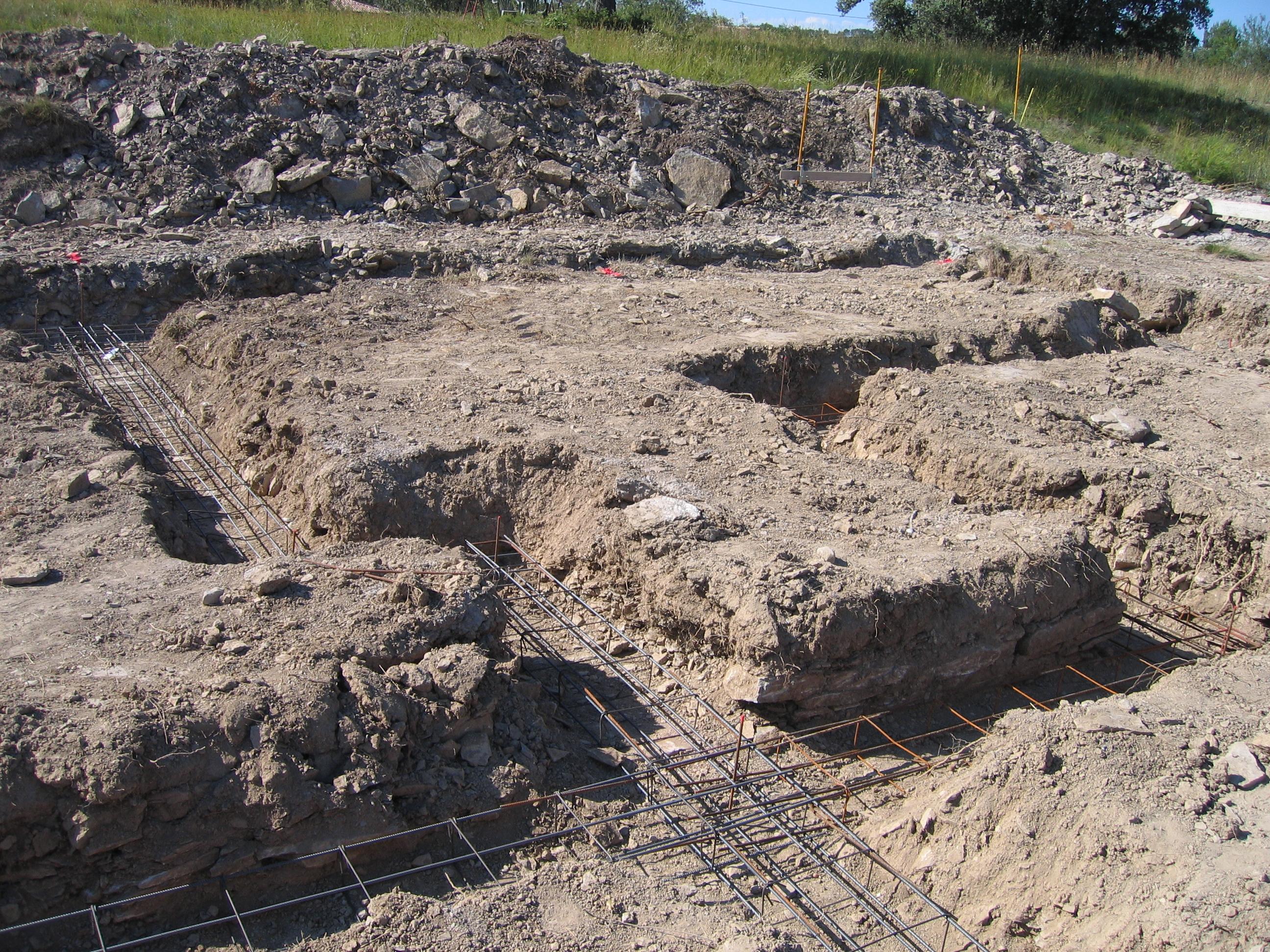 Desportes Rénovation Gard. Terassement et ferraillage spécifique pour fondations d'une maison en briques monomur