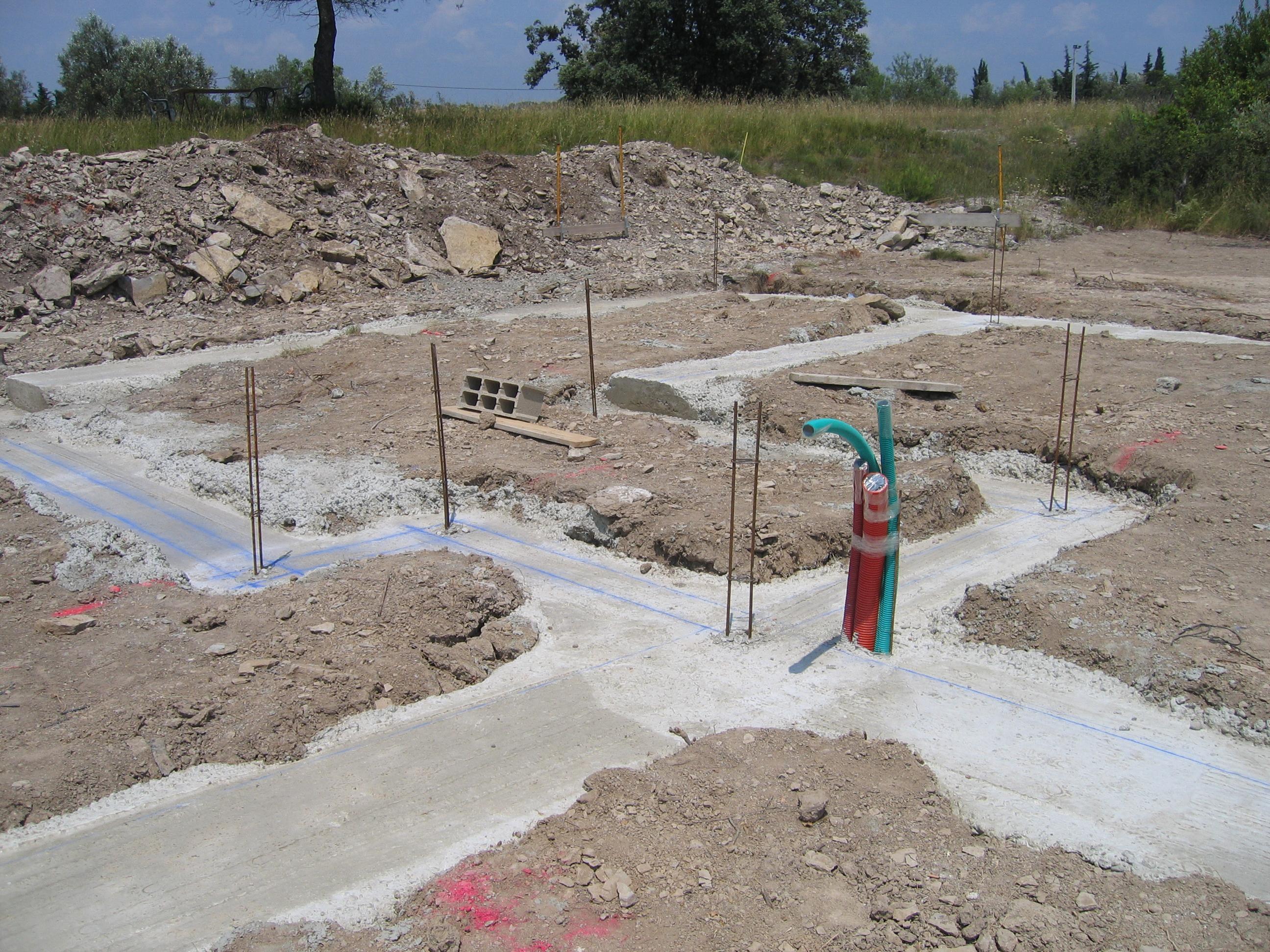 Desportes Rénovation : coulage béton dans les fondations d'une maison en briques Monomur avec réservation pour les réseaux