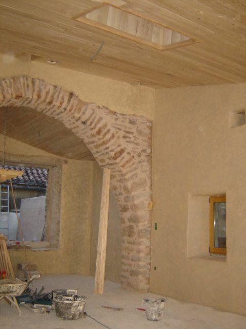 Desportes rénovation, 30 Gard, Enduit de finition chaux-chènevotte peint, mise en valeur de l'arche en pierres.