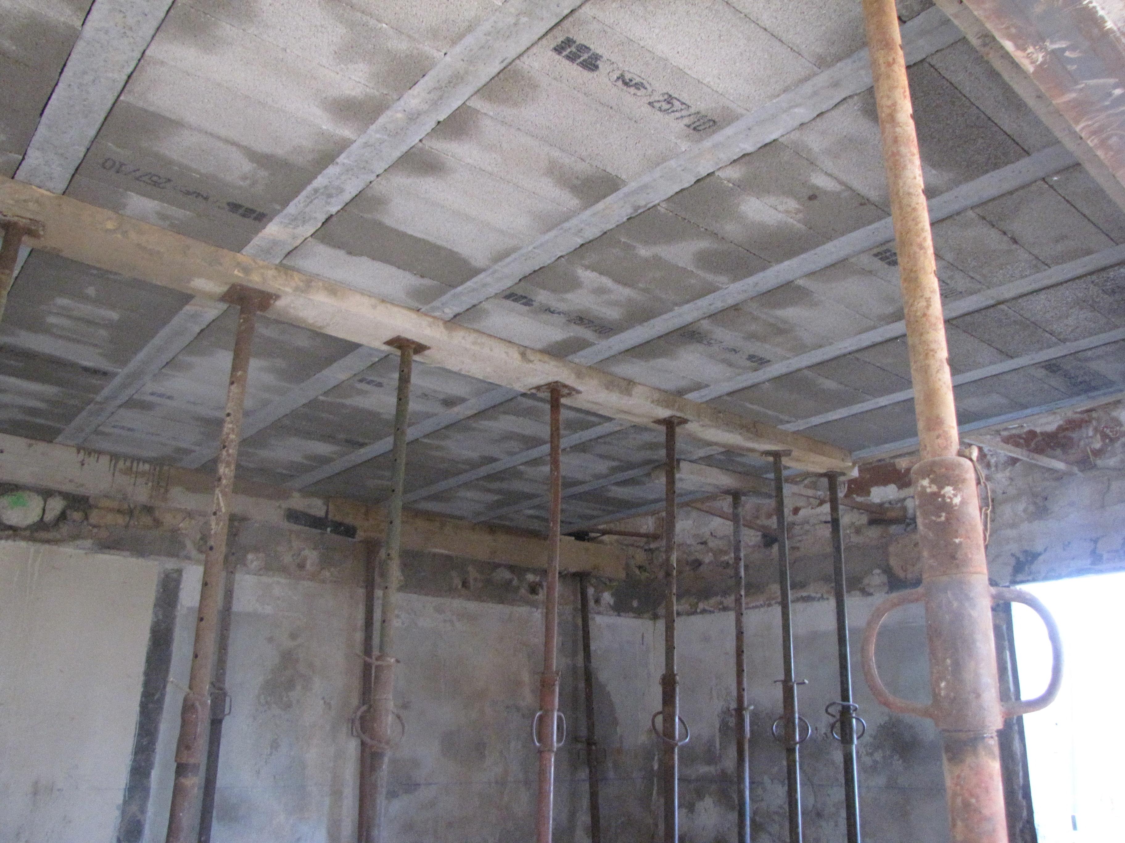 Desportes rénovation, 30. Mas de Pesquidoux. Création d'un plancher sur hourdis béton.