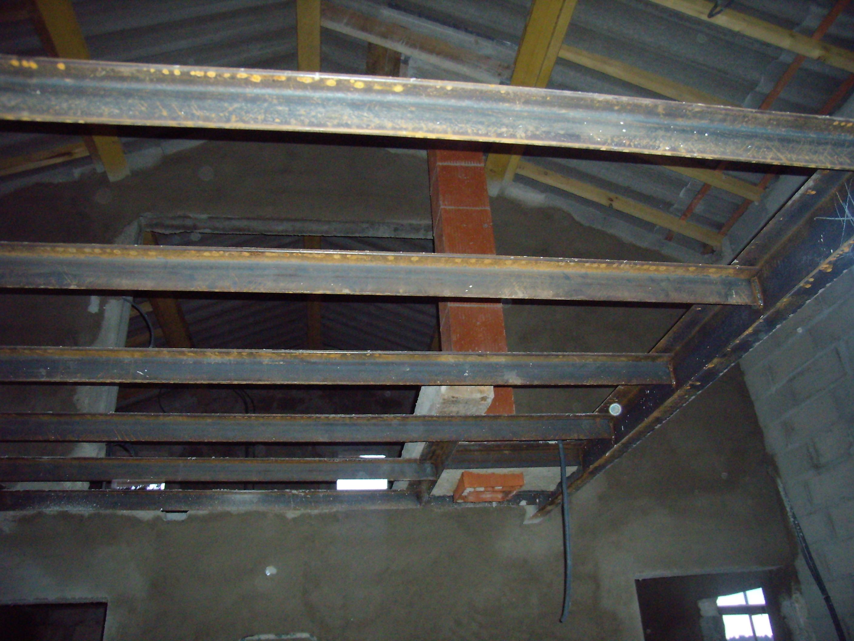 Desportes rénovation, 30. Mas des Roquets, passage de cheminée entre les poutrelles en métal.