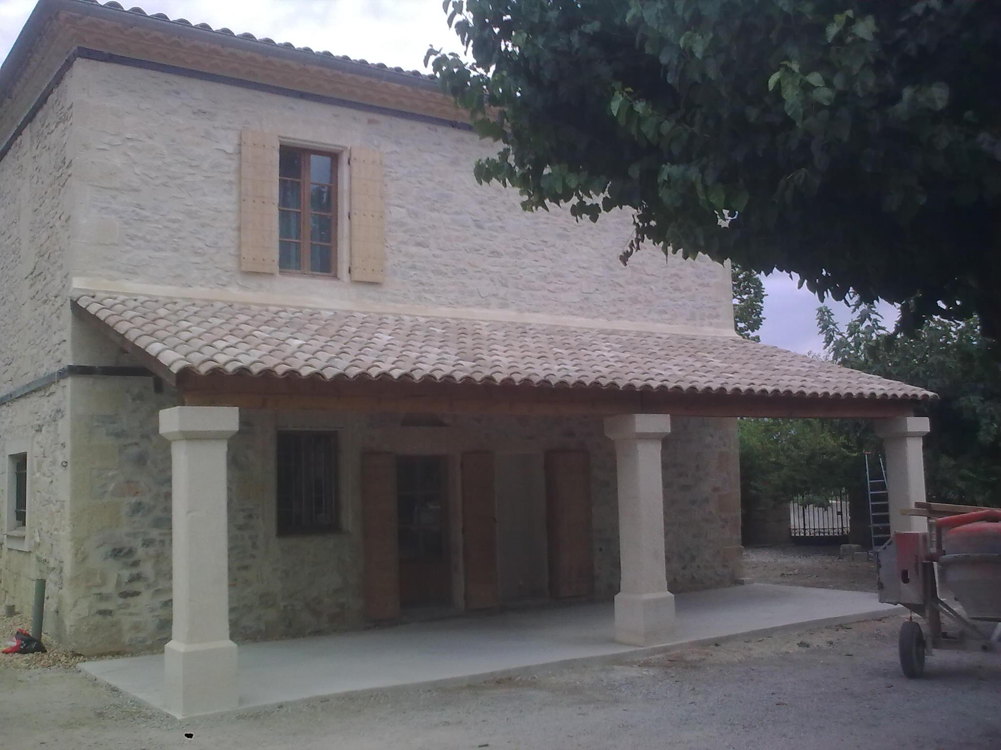 Restauration d'un mas dans l'Hérault, création d'un auvent, piliers en pierres taillées, jointées à la chaux et tuiles canal.