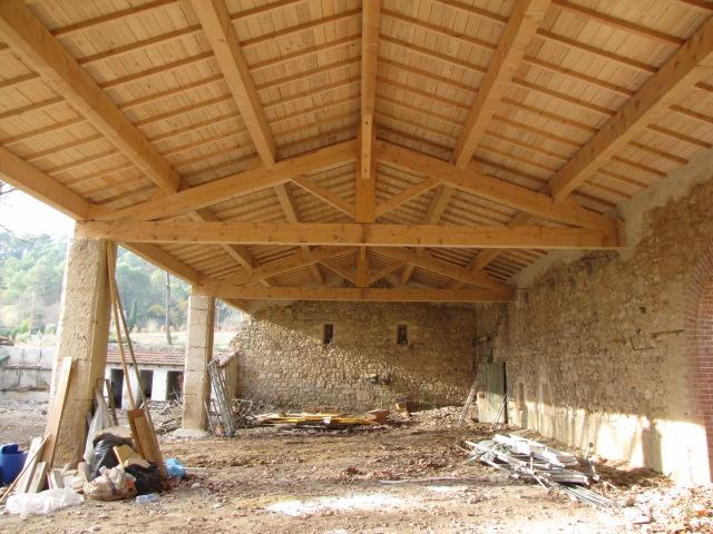 Desportes rénovation, Fonfroide, Aude, reconstruction d'un hangar et rejointoiement des piliers à la chaux