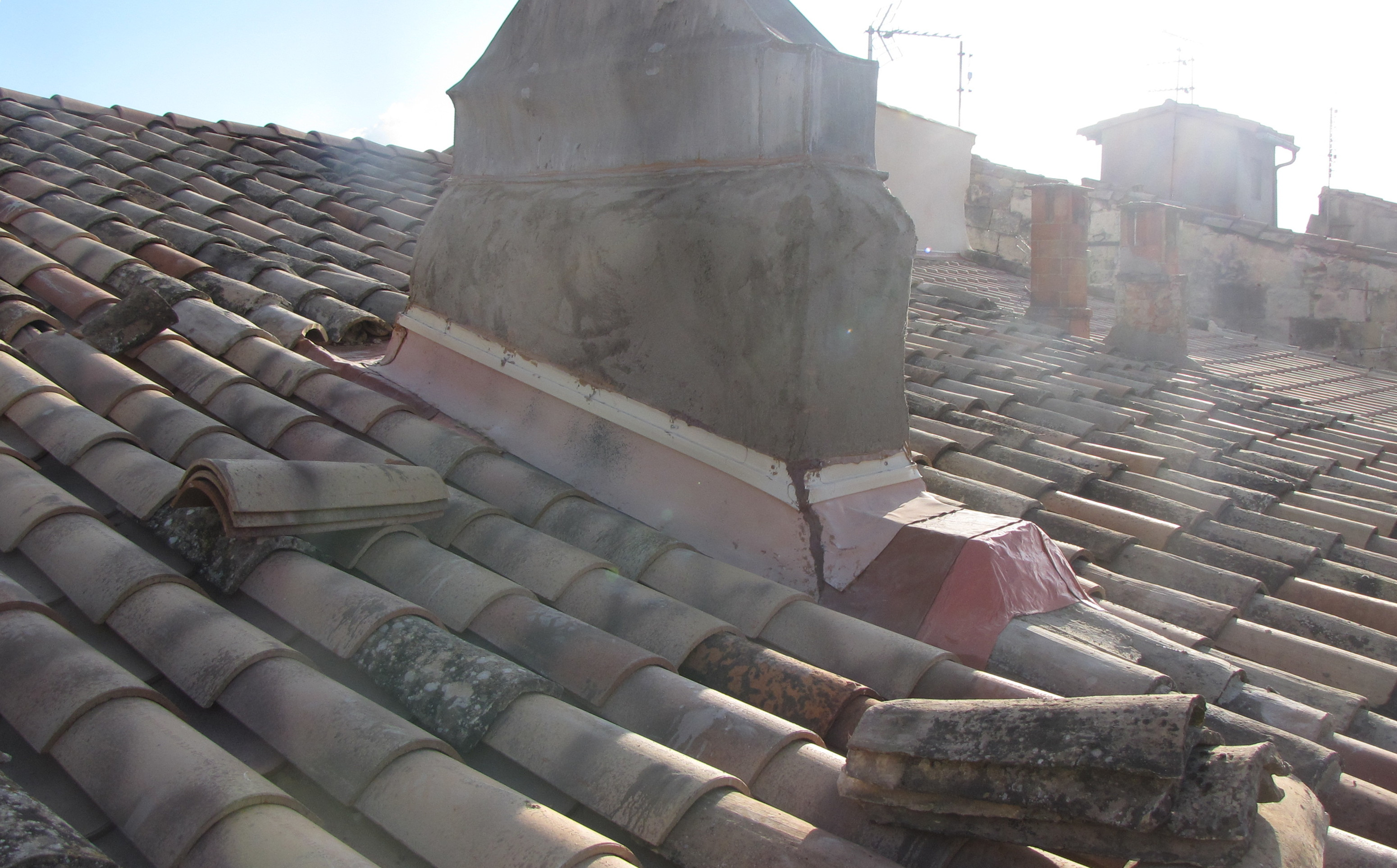 Desportes rénovation Gard, restauration d'une maison, de la souche de cheminée et du solin et reprise de la couverture en tuiles canal.