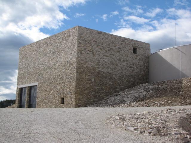 Desportes Rénovation Gard : Bâtiment en béton avec parement en pierres sèches