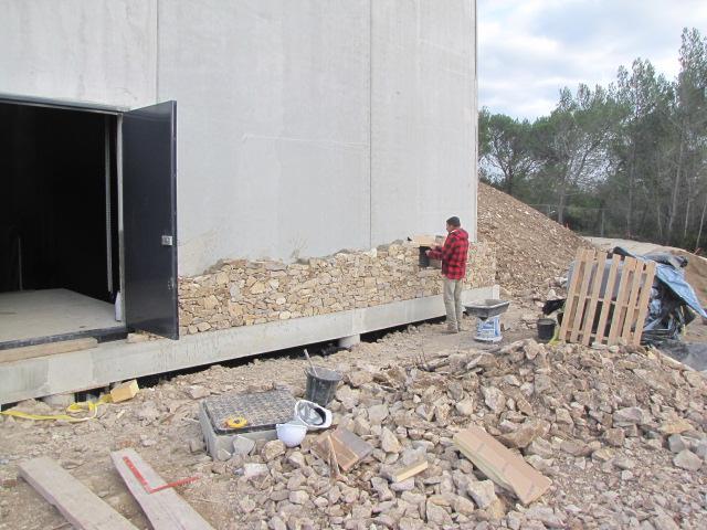 Desportes Rénovation Gard : Habillage en pierres sèches d'un bâtiment en béton