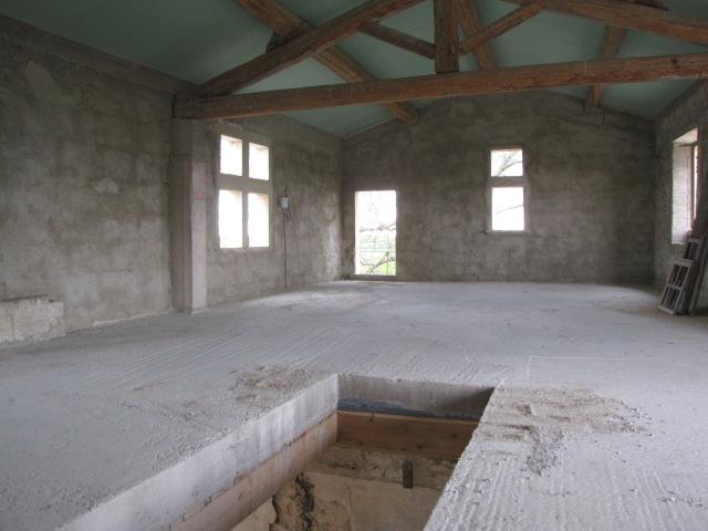 Desportes rénovation, Gard. Mas Le Caillar, dalle béton coulée avec trémie, toiture finie.