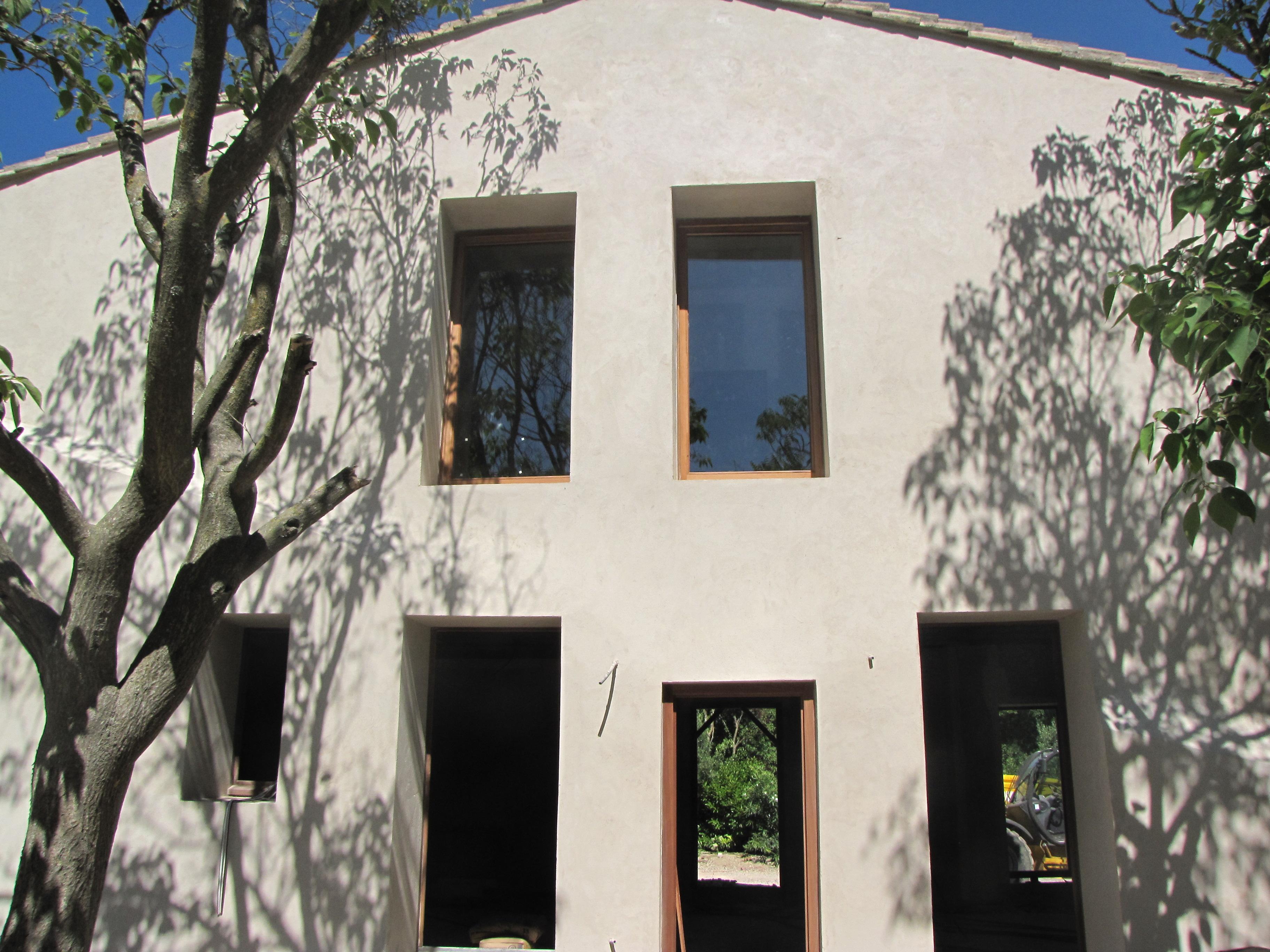 Desportes rénovation, Gard. Mas de Pesquidoux, la façade d'un mas avec enduit 3 couches.