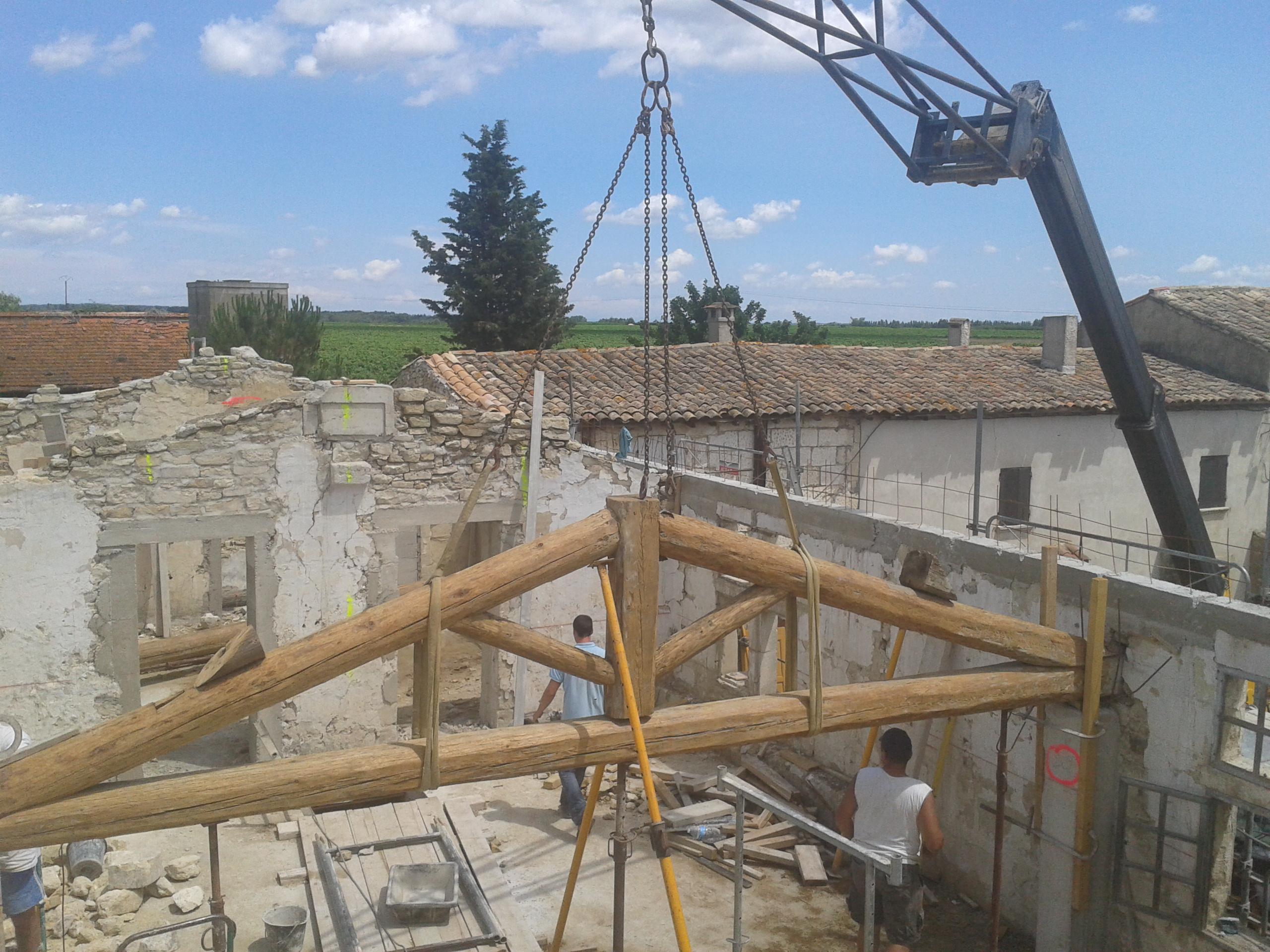 Desportes rénovation, Gard. Mise en place d'une nouvelle charpente au Mas Le Caillar.