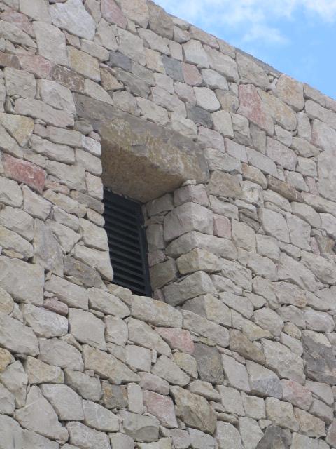 Desportes Rénovation Gard : Parement de pierres sèches, détail linteau et fenêtre
