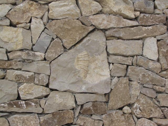 Desportes Rénovation Gard : Parement de pierres sèches sur mur en béton