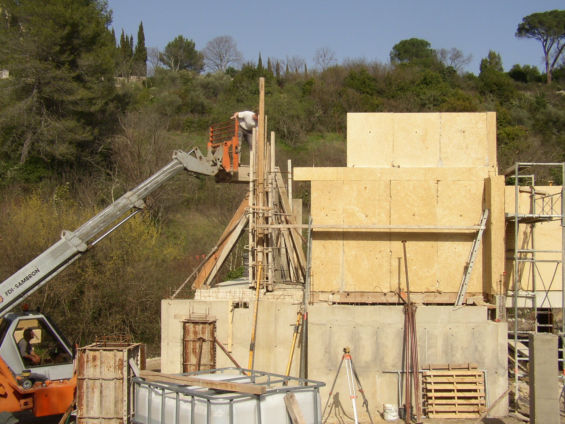 Desportes rénovation, Gard. Sommières maison en pierres massives. Chainage intégré dans l'épaisseur de chaque pierre.