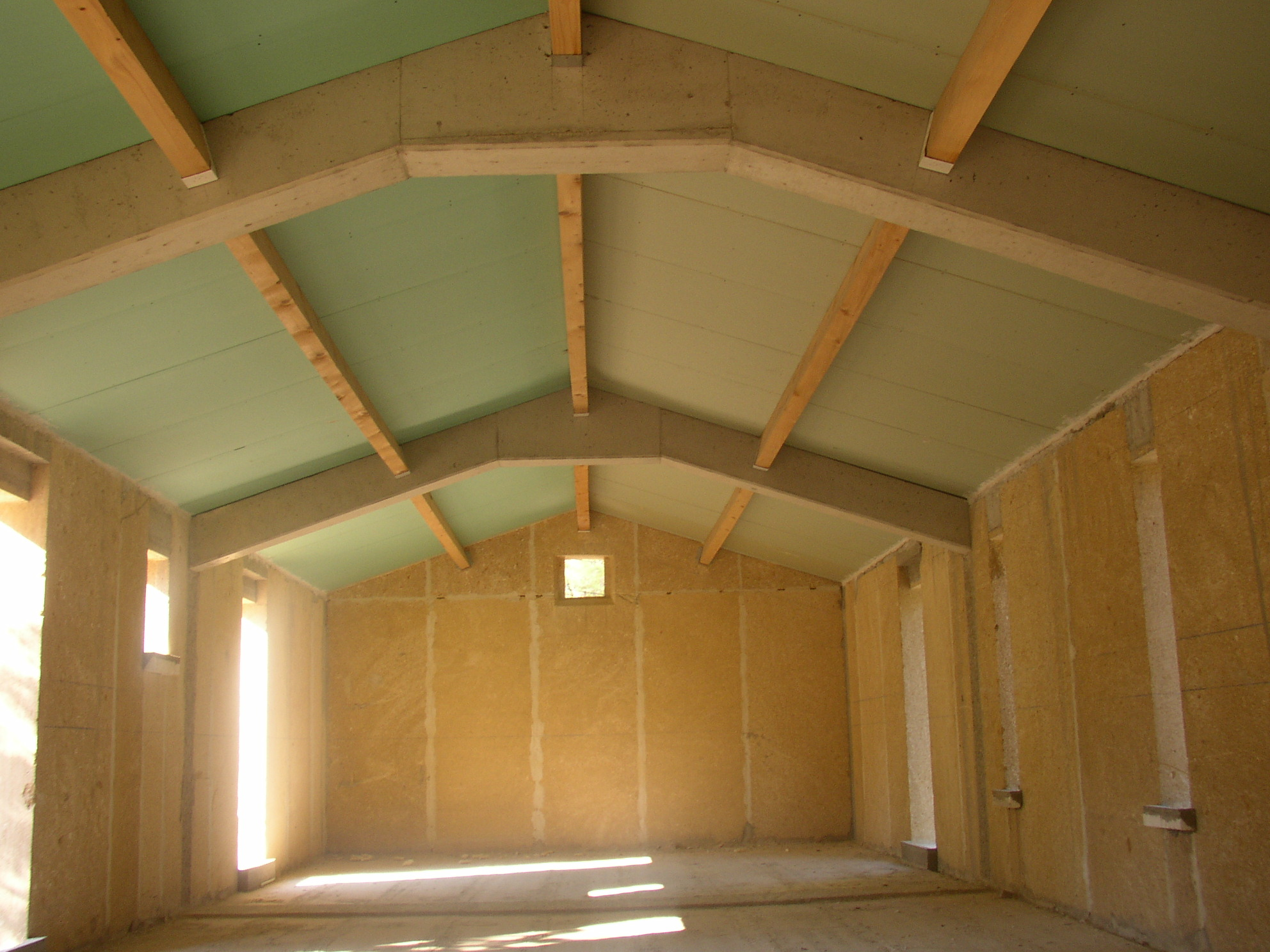 Desportes rénovation, Gard. Sommières maison en pierres massives. Panneaux isolants sur poutres bois fixées dans fermes en béton.