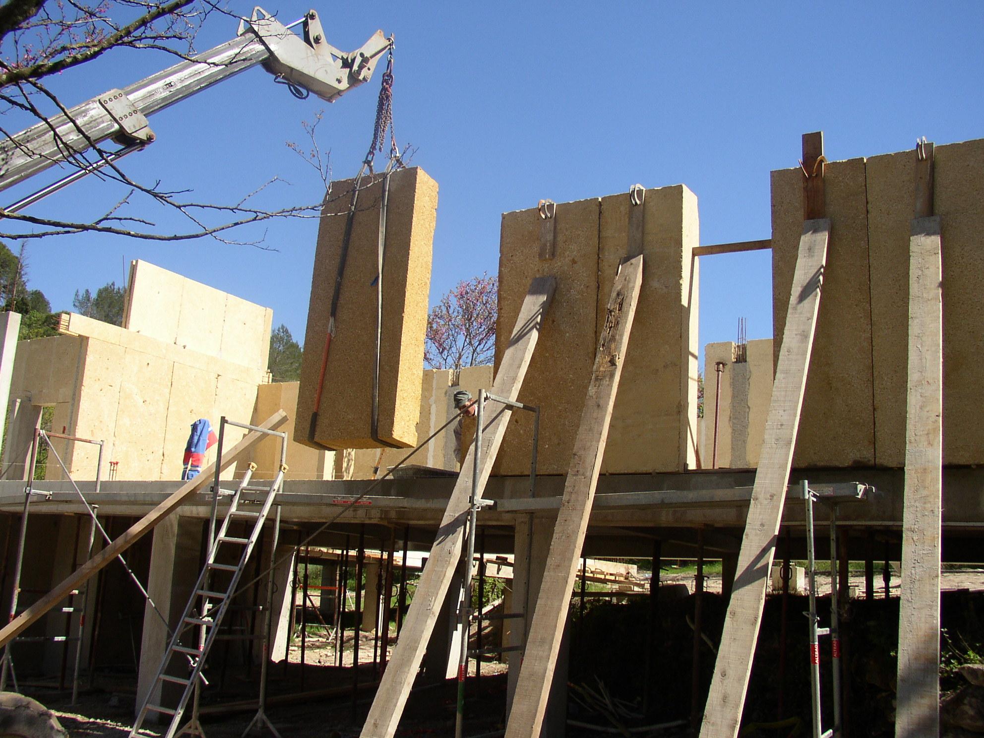 Desportes rénovation, Gard. Sommières maison en pierres massives. Pierres massives du Pont du Gard, 3 tonnes par élément.