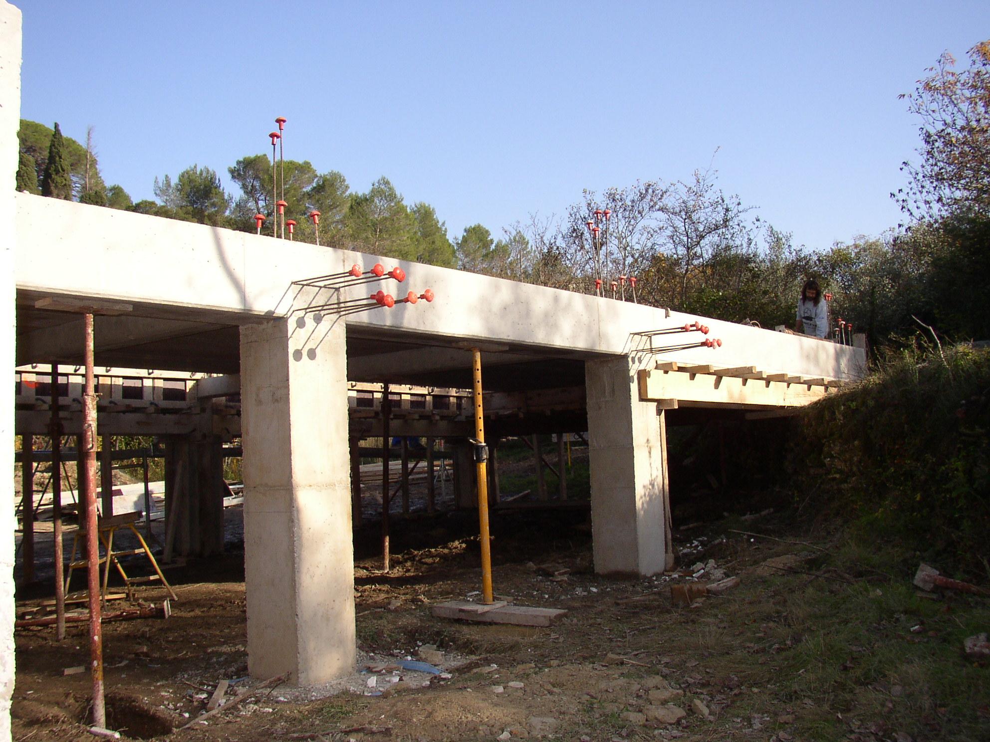 Desportes Rénovation Gard : Sommières maison en pierres massives. Poteaux poutres en béton. Plancher dalle pleine