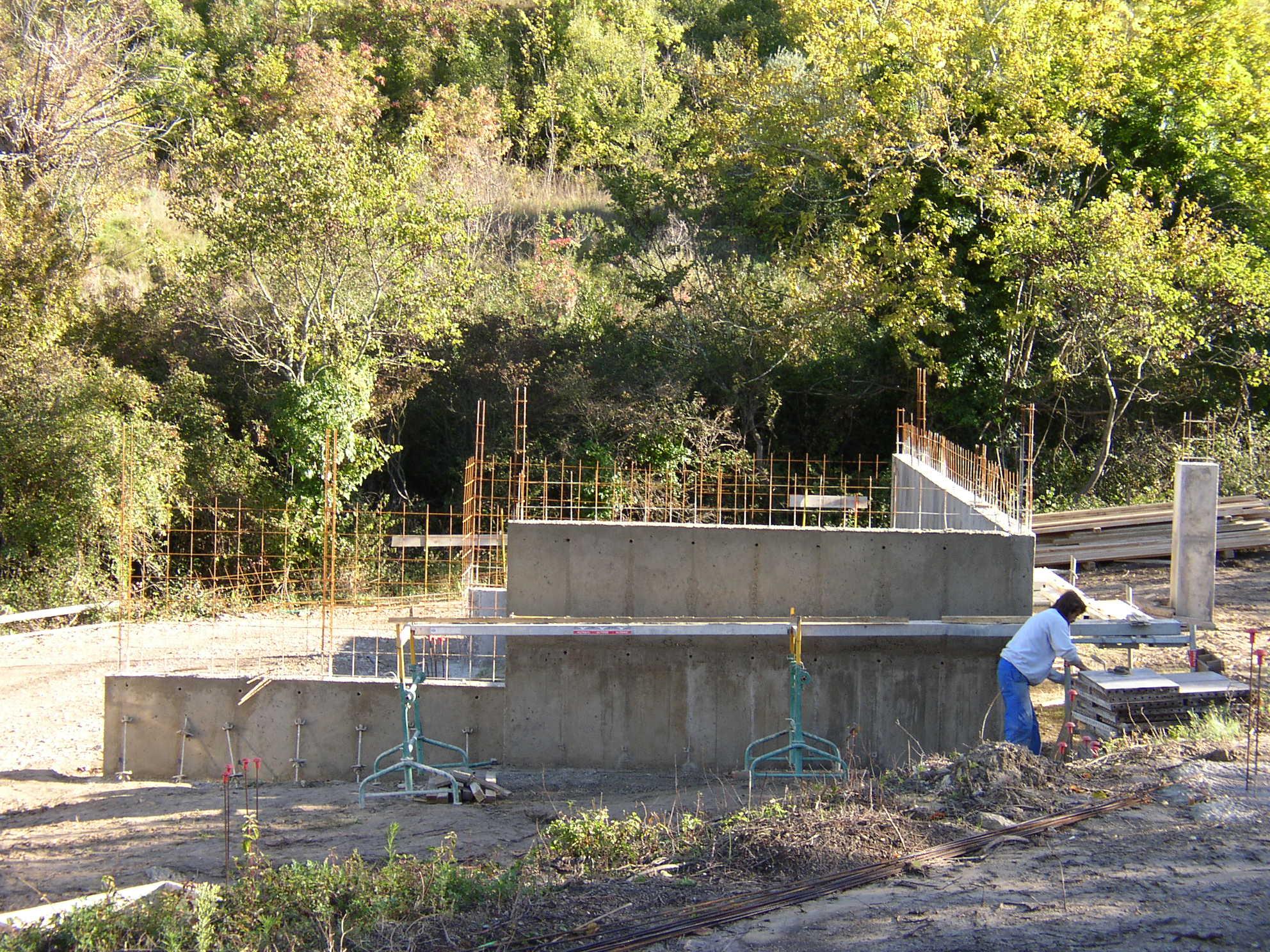 Desportes Rénovation Gard : Sommières maison en pierres massives. Soubassement en béton banché, poteaux et poutres en béton apparent.