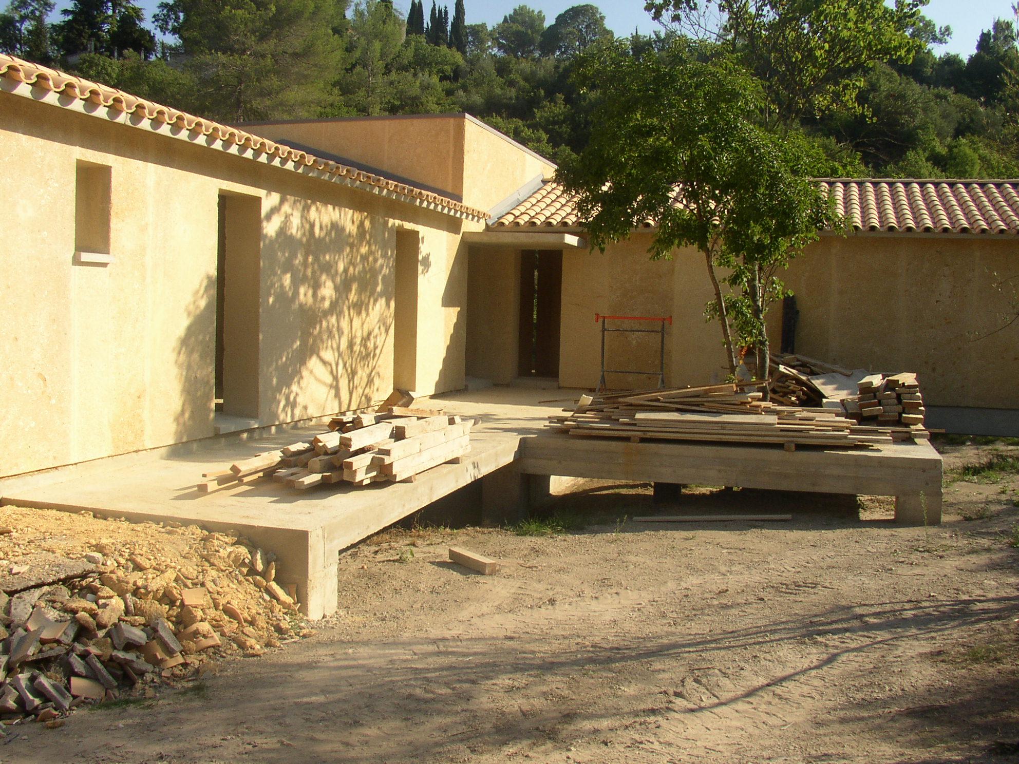 Desportes rénovation, Gard. Sommières maison en pierres massives. Toiture traditionnelle en tuile canal. Débord de toiture en béton.